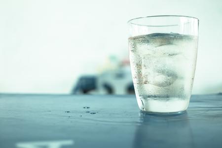 Verre de wisky, de la soude et de la glace sur la table