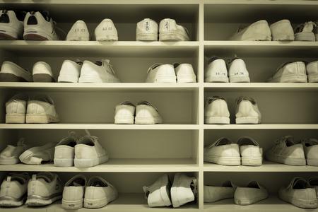 zapatos escolares: zapatos de rejilla en vestuario uniforme en la f�brica o en la escuela Foto de archivo