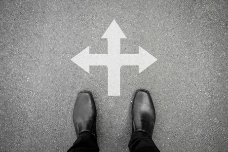 zwarte schoenen staan op het kruispunt - drie manier om te gaan of terug