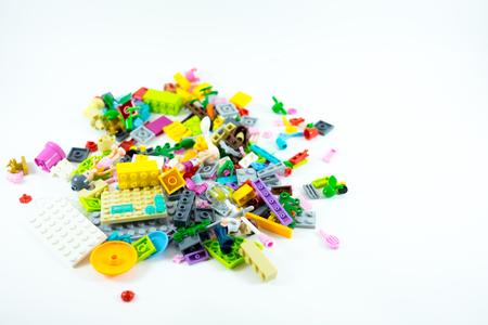 白い背景の子供たちのためのブロックおもちゃ