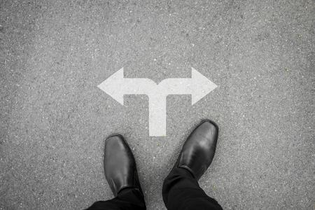 黒の靴を選択する岐路、2 つの方法に立っています。 写真素材