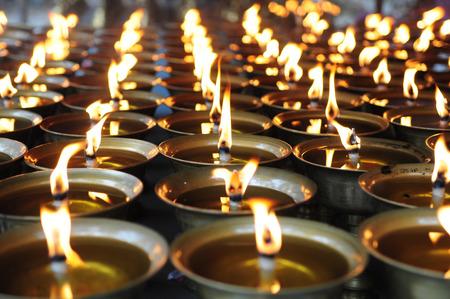 寺の精神的な石油ランプ。瞑想、意識。 写真素材