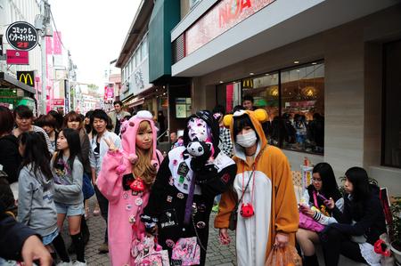15 April, 2012. Harajuku, Kyoto, Japan.Teenage girls wearing cosplay on Sunday. Imagens - 53491626