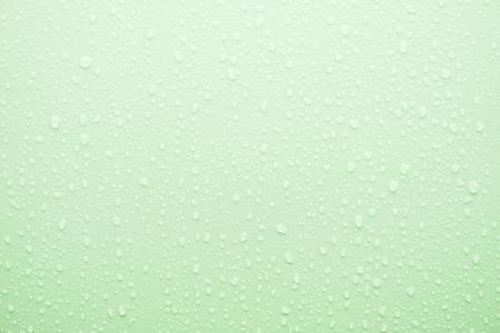 kropla deszczu: Kropla wody na zielonej powierzchni jako tło