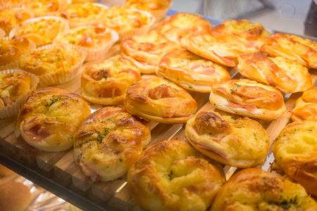 jamon y queso: fresca pan de queso jam�n caliente en la bandeja Foto de archivo