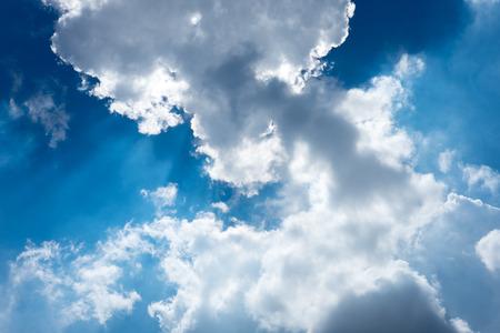 sol radiante: Hermoso cielo de verano, la nube y el sol Foto de archivo