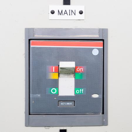 electricidad industrial: Principal con interruptor industrial en la caja eléctrica