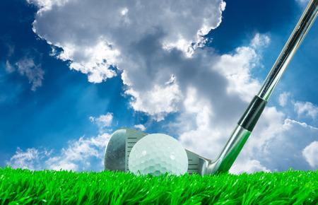 pelota de golf: Pelota de golf blanca y club del hierro en hierba artificial verde con fondo de cielo azul Foto de archivo
