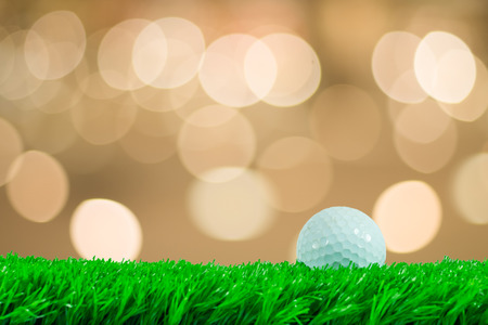 pelota de golf: Pelota de golf blanca en el c�sped artificial verde en el fondo hermoso foco de Foto de archivo