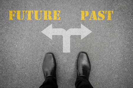 Zapatos negros tiene decisión de hacer en la encrucijada - futuro o en el pasado