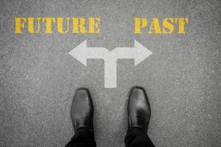 carretera: Zapatos negros tiene decisión de hacer en la encrucijada - futuro o en el pasado