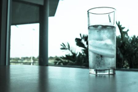copa de agua: Vaso de agua y hielo en la mesa - de filtros en frío Foto de archivo
