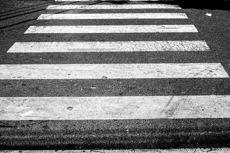 paso de cebra: Cruce de cebra en blanco y negro Foto de archivo