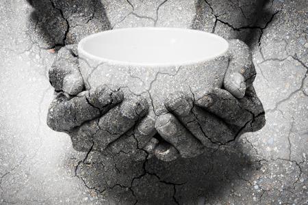 Doppelbelichtung Hunger Hände und trockenen Boden betteln. Stellen Sie, dass viele Menschen in der Welt sind hungrig und Hunger, sie brauchen Hilfe und Hoffnung für besseres Leben