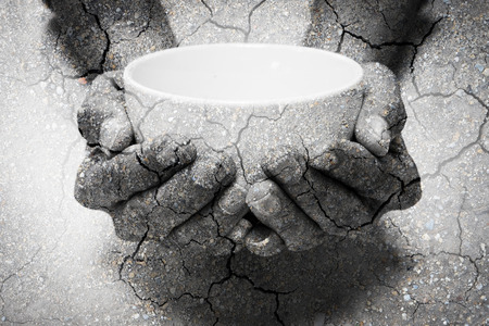 Dubbele belichting honger bedelen handen en droge bodem. Vertegenwoordigen dat veel mensen in de wereld honger en honger, ze hulp nodig hebben en hopen op beter leven Stockfoto