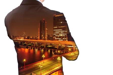 doble exposición aislada de negocios en juego y el paisaje urbano en la noche. Está buscando a su éxito en los negocios y la idea de por vida