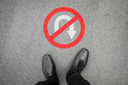 黒の靴は、ノーリターンの時点で立っています。彼は彼の仕事、ビジネス、将来の成功のために戦う、します。