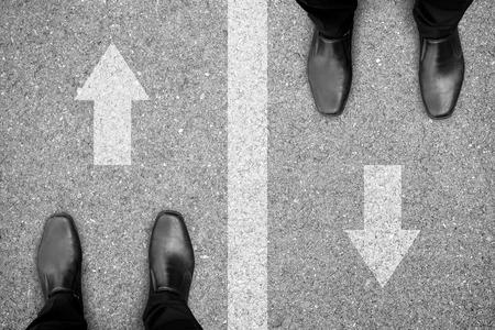 道の別の側面に立っている 2 人のビジネスマン。ビジネスや生活の中のライバル、enemys、競合他社を表します。