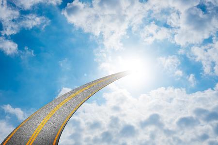 曇り空と道の端に明るい光を照らす太陽に通じる道。成功は、宗教、神聖な信仰、信念、精神的な概念を表す