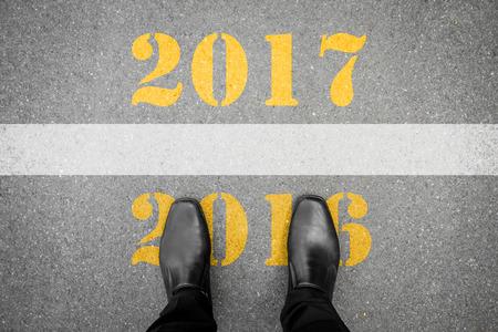 最後の 2016 年と 2017 年間のラインに立っている黒い靴