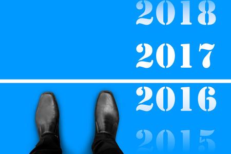 2017 昨年 2016、幸せな新しい年の間のラインに立っている黒い靴 写真素材