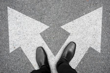 どの道を行くの意思岐路に立っている黒い靴で実業家。作るコンセプトを決定します。 写真素材 - 82937410
