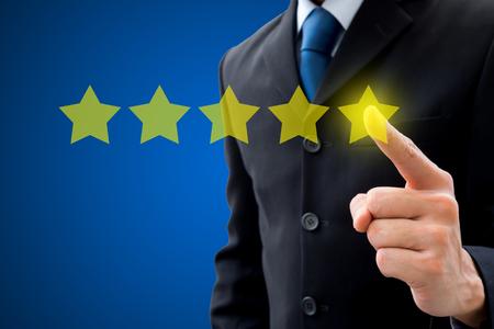 Examen, évaluation, concept de classement. Homme d'affaires poussant sur cinq étoiles pour la meilleure note.