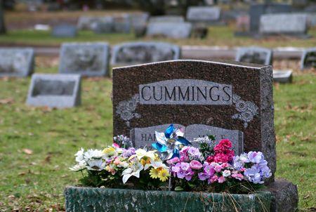 A gravestone with flowers. Banco de Imagens