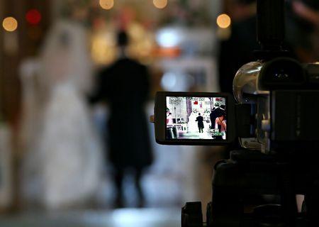 Bruid en bruidegom op video Stockfoto