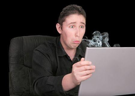 bloke: molto infelice ragazzo alla ricerca di fumare al suo computer rotto espressione triste  Archivio Fotografico