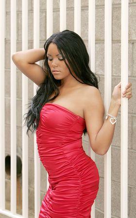 femme noir sexy: African American une femme dans une robe rouge chaud beau chercher Banque d'images