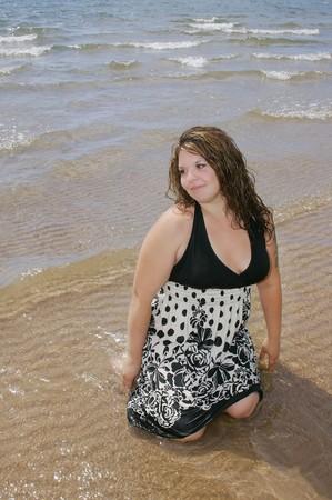 donna in ginocchio: uno pi� dimensioni donna inginocchiata in acqua superficiale degli oceani