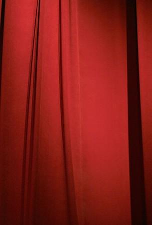 sipario chiuso: sipario rosso scuro chiuso per sfondo o carta da parati