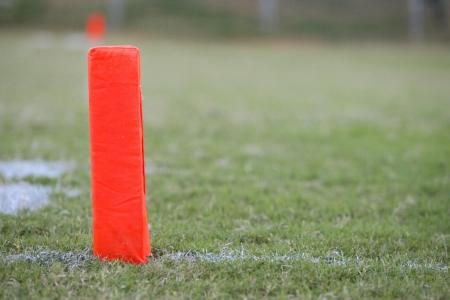 hoogspanningsmasten: football field goal oranje markering uitlopend aan de goallijn