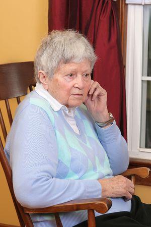 un adulto mayor femenino sentado en una silla mecedora Foto de archivo - 4979935