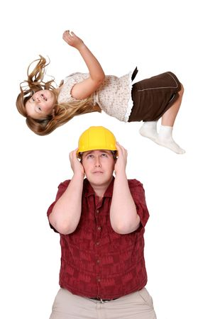 agachado: un expresivo hombre adulto trabajador de la construcci�n con m�s de blanco hardhat eludir la ca�da de un ni�o