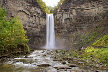 cascades: una cascata naturale alta cadere sopra un monte alto e nel fiume Archivio Fotografico