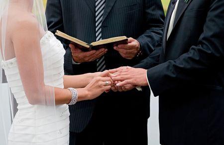 Braut und Bräutigam halten Hände während Ring exchange Bestandteil einer outdoor Hochzeitsfest Standard-Bild - 6624617