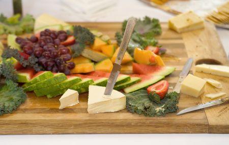 propagación de varias frutas y quesos en un tablero de madera de corte establecidos en una recepción  Foto de archivo - 6624601
