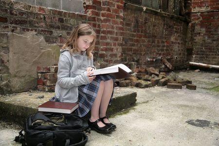 古い場所のうちの 1 つ若いかわいい女子学生ダウンを実行レンガ倉庫地区の勉強だけで