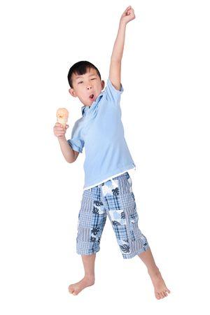 een gelukkig Aziatisch jongen vieren en eten van ijs geïsoleerd op wit
