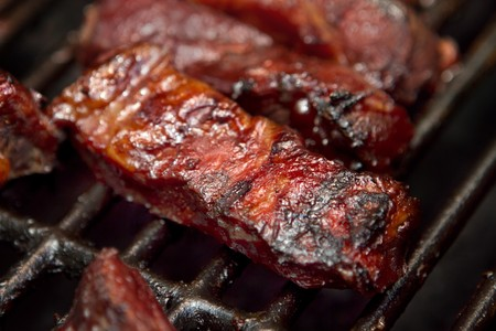 barbecue beef spare ribs cooking on a grill outdoors in summer Banque d'images