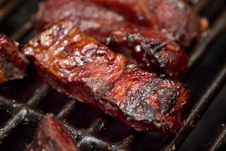 barbecue ribs: costillas de cocina en una parrilla al aire libre en el verano de repuesto de barbacoa de carne de vacuno