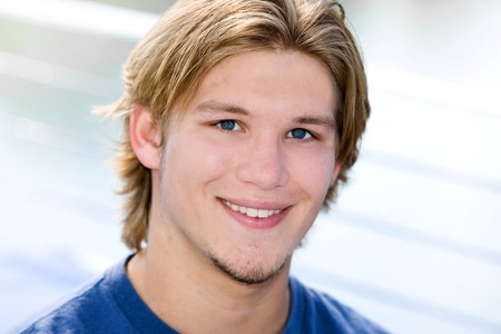 closeup portrait of a dirty blonde haired guy outdoors Banque d'images