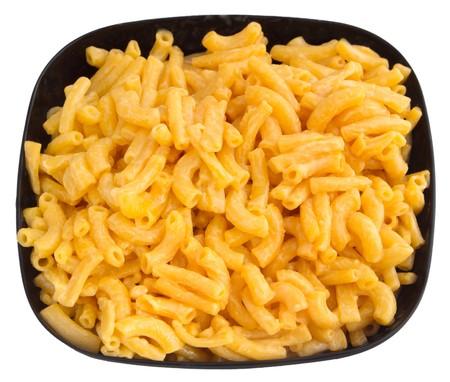 Makkaroni und Käse Abendessen auf einer gelben Platte isolated over white  Standard-Bild - 7969529