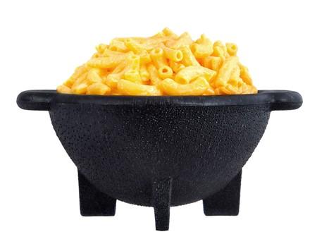 tallarin: Cena de macarrones y queso en una placa amarilla aislada sobre blanco