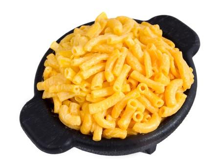 Makkaroni und Käse Abendessen auf einer gelben Platte isolated over white Standard-Bild - 7969526