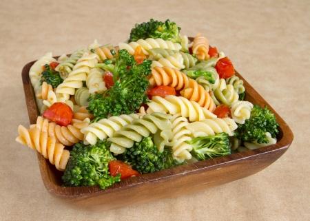rotini: Ensalada de rotini jard�n con portarretrato de br�coli y tomates en un cuenco de madera