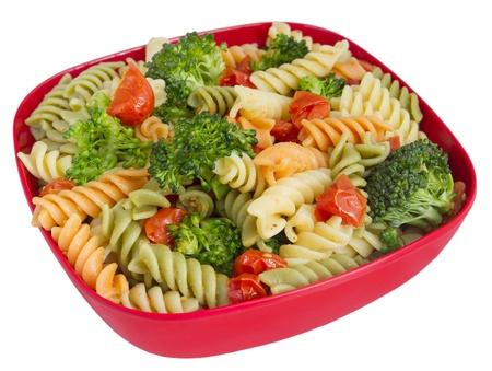 rotini: Bol de ensalada de rotini jard�n con portarretrato de br�coli y tomates aislado sobre blanco