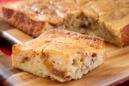 one whole fresh apple streusel cake on a cutting board Banque d'images
